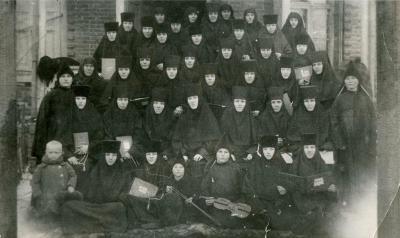 Прикрепленное изображение: Монахини, слева маленький мальчик Леша Уткин.jpg