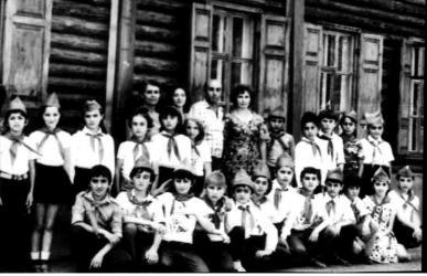 Прикрепленное изображение: делегация пионеров из грузинского города Сигнахи, посетившая Георгиевск в дни празднования 200-ле.jpg