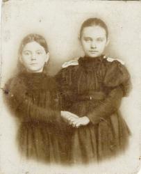 Прикрепленное изображение: Фиалкина Мария Николаевна (слева) с подругой.jpg